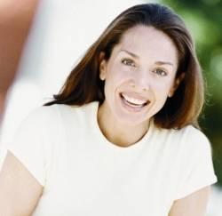 Frau zeigt ihre schönen Zähne