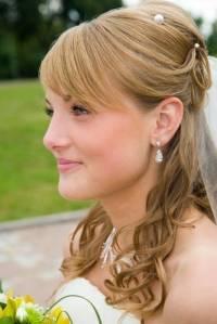 Blonde braut mit halb aufgesteckten haaren
