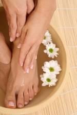 Frau bei der Pflege ihrer Hände und Füße