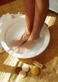 Frau pflegt ihre Füße