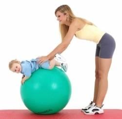 gymnastik bungen mit einem ball sport f r ihr baby und. Black Bedroom Furniture Sets. Home Design Ideas