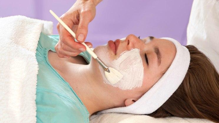 Frau bei einer Peeling-Behandlung.