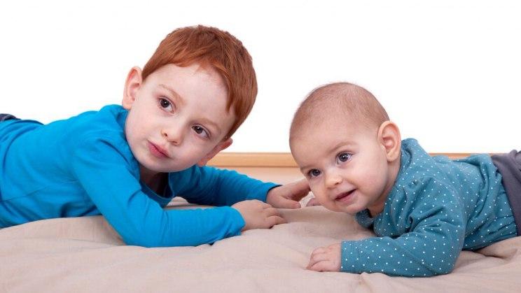 Erstgeborene beschützen die Jüngsten