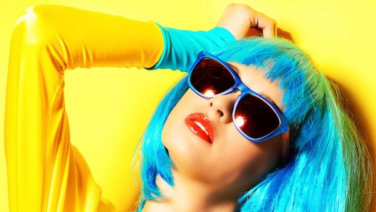 Colorblocking: Mächen mit türkischen Haaren und gelbem Shirt