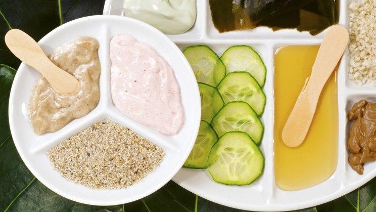 Ein Teller mit verschiedenen, selbstgemachten Naturkosmetikprodukten