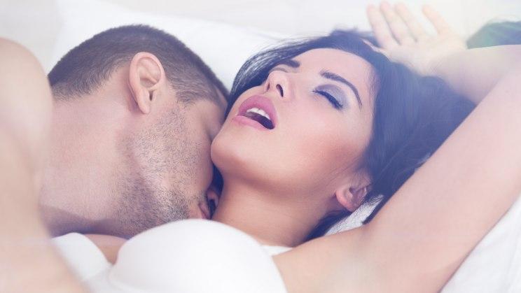 Mann und Frau beim Liebesspiel