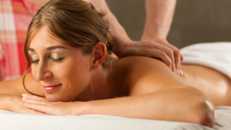 Wer sehnt sich nicht nach einer Partnermassage - sie ist auch ein guter Einstieg vor dem Sex