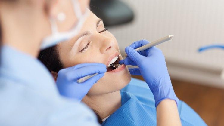 Eine Frau bei einer Zahn-Prophylaxe-Behandlung
