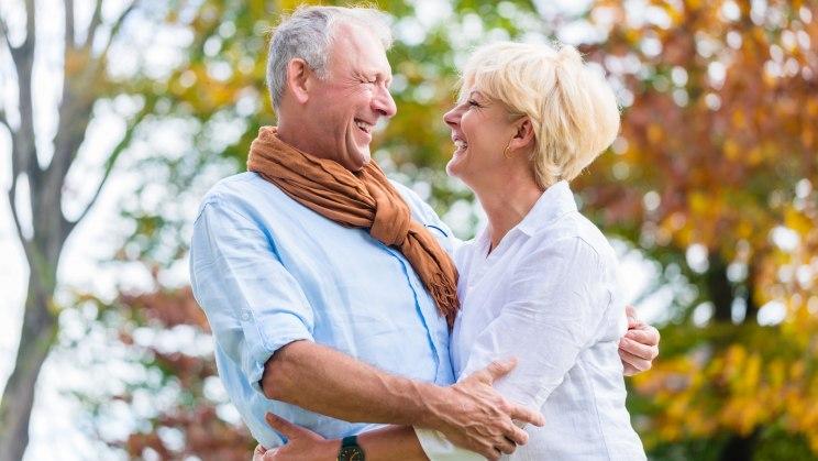 Seniorenpaar geht im Herbst spazieren