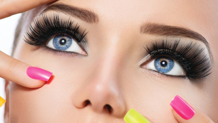Porträt eines Mädchen mit getuschten, verlängerten Wimpern