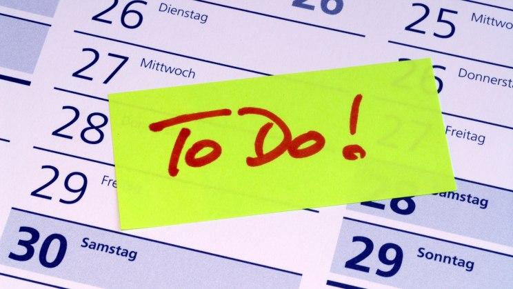 """Auf einem Kalender klebt ein Post-it-Zettel, auf dem steht """"to do"""""""
