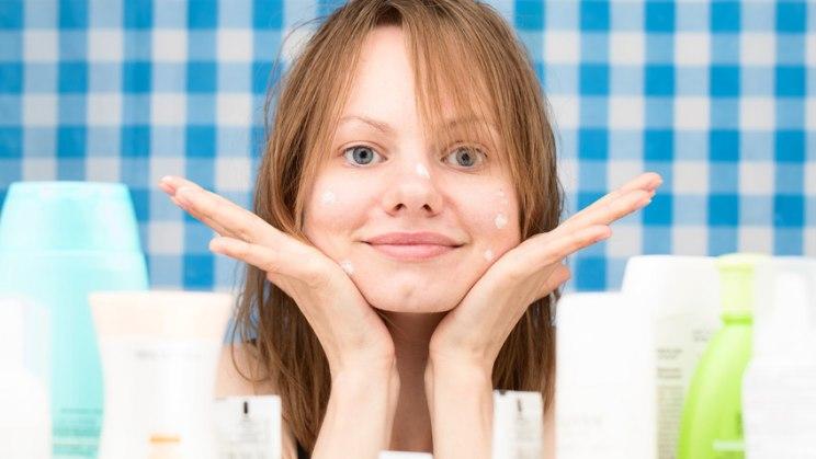 Mädchen mit Akne: So pflegen Sie die Haut bei Akne richtig