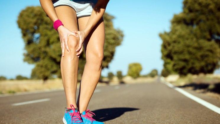 Sportlerin mit Knieschmerzen: Bewegung kann vor Arthrose schützen