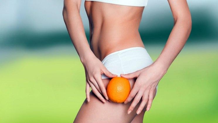 Frau mit Orange: Die Problemzonen bei Cellulite trainieren
