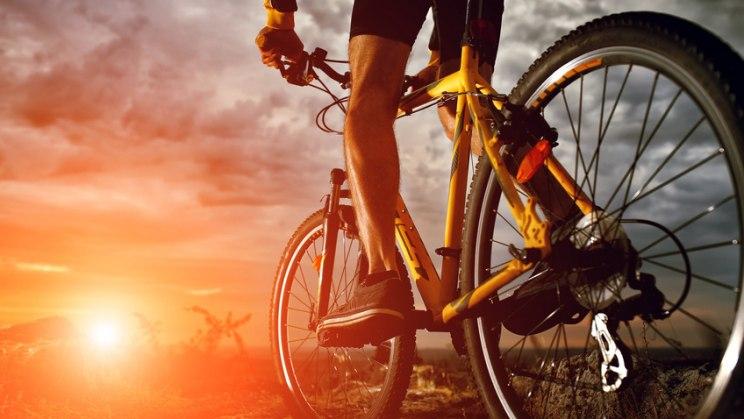 Mann auf Rennrad: Hoch-Intenstives Intervalltraining (HIIT) als Fatburner