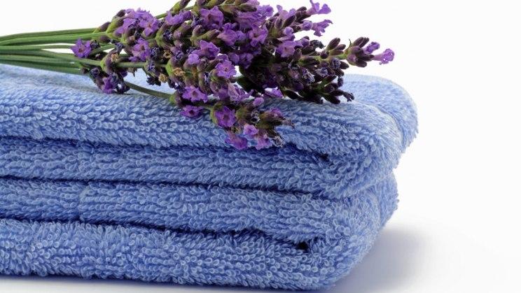 Blaue Handtücher: Häufiger Handtuchtausch schützt vor Fußpilz