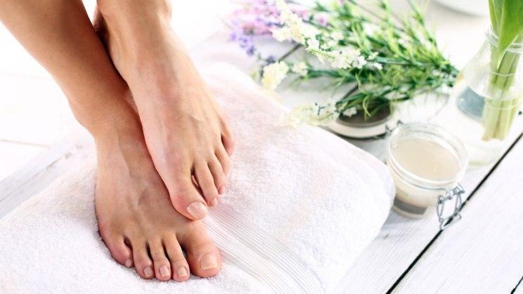 Füße im Bad: Desinfektionsmittel beseitigen Fadenpilze bei Fußpilz