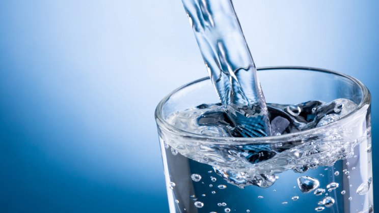 Glas Wasser: Gurgeln vermindert die Keime und lindert Halsschmerzen