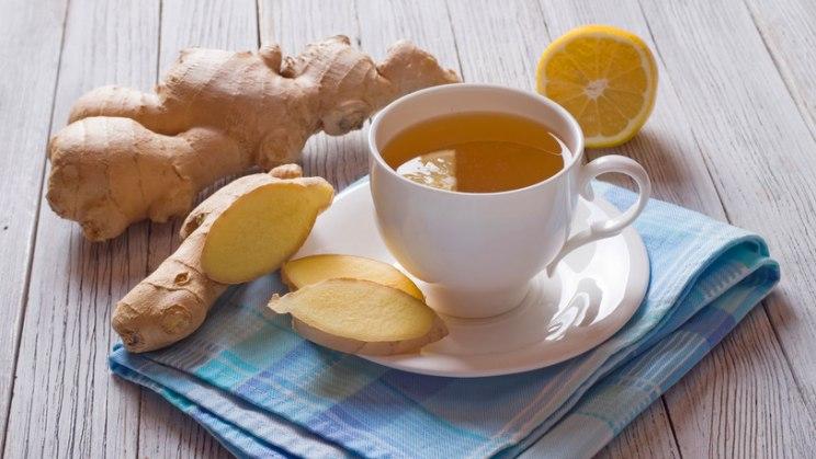 Ingwer und Teetasse: Ingwer fördert die Fettverbrennung