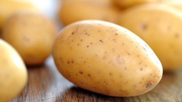 Rohe Kartoffeln: Ein Kartoffelwickel kann Halsschmerzen lindern