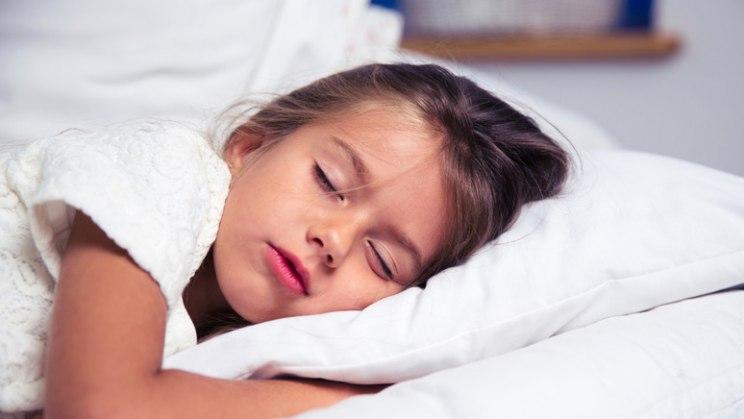Schlafendes Mädchen: Licht zum WC kann bei Bettnässen helfen