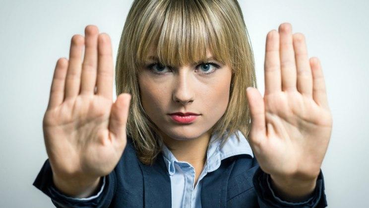 Frau mit ausgestreckten Händen: Wehren Sie sich gegen den Mobber