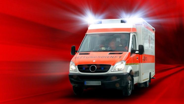 Rettungswagen im Einsatz: Bei Herzinfarkt nicht warten, sondern Notarzt rufen!