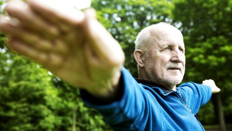 Senior bei Gymnastik: Das Alter lässt die Gefäße verkalken