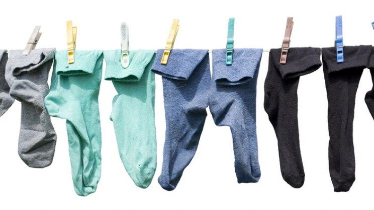 Socken auf der Wäscheleine: Socken aus Baumwolle schützen vor Fußpilz