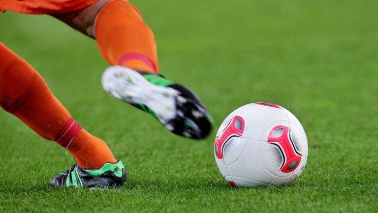 Fußballer mit Ball: Sportverletzungen können Arthrose verursachen