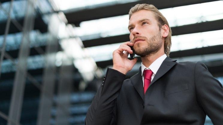 Business-Mann telefoniert: Beim Telefonieren öfters mal die Ohrenseiten wechseln