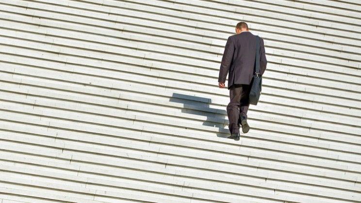 Mann auf langer Treppe: Mehr Bewegung im Alltag gegen Handynacken
