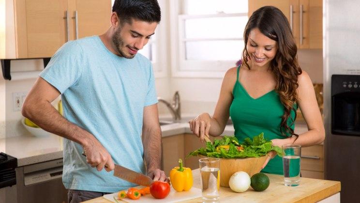 Mann und Frau kochen: Vor Umstieg auf vegane Ernährung: beraten lassen!