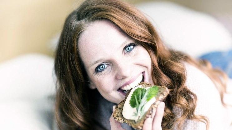 Frau mit Vollkornbrot: Bei veganer Ernährung auf Versorgung mit Vitamin B12 achten!