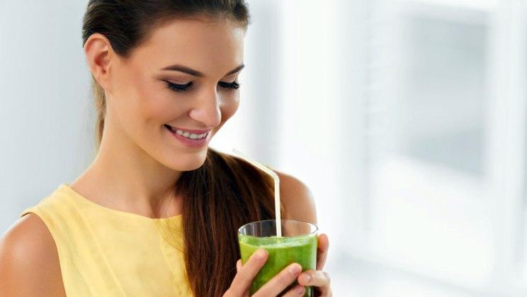 Frau mit grünem Smoothie: Veganer pflegen oft insgesamt einen gesünderen Lebensstil