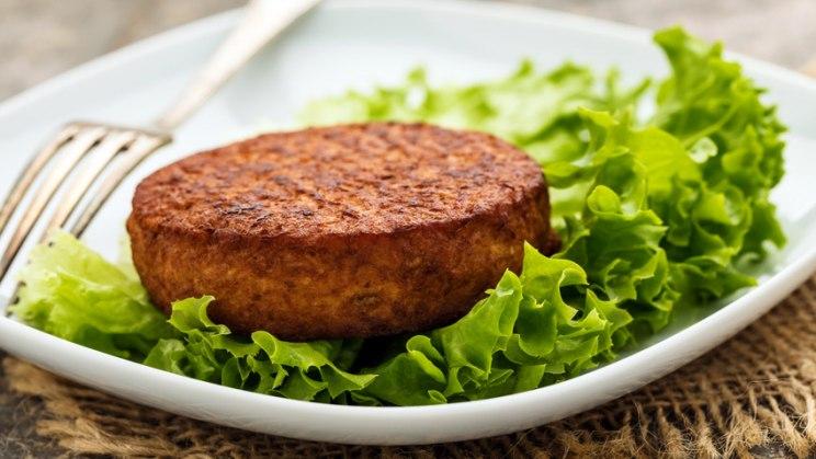 Veggie-Burger auf Teller: Vorsicht bei veganen Fertigprodukten