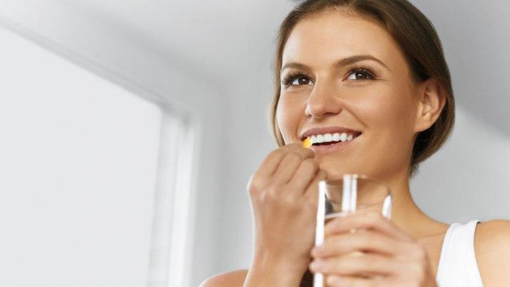 Frau mit Nahrungsergänzungsmittel: Vitamin D zur Nahrungsergänzung nur für Risikogruppen