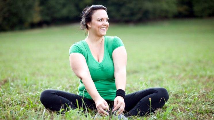 Übergewichtige Frau beim Sport: Adipositas lässt sich durch Bewegung und Ernährung behandeln