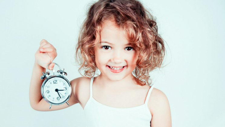 Mädchen mit Wecker: Bettnässen ist keine Seltenheit bei Kindern