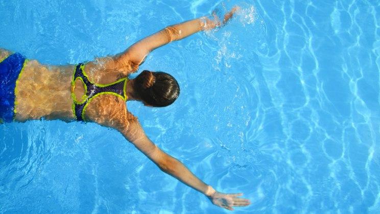 Frau im Schwimmbad: Ausdauersport ist gut gegen Bluthochdruck
