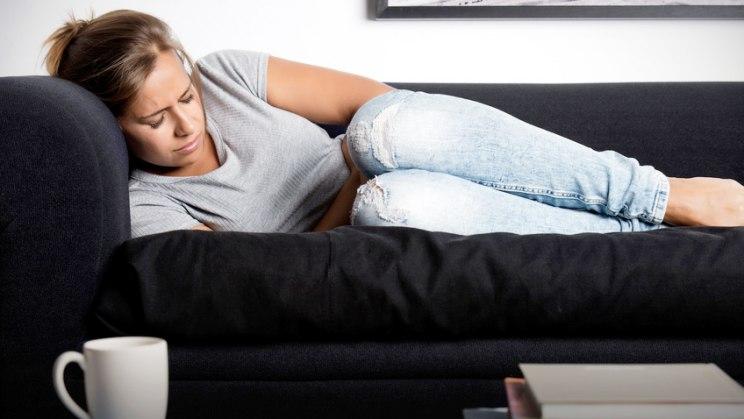 Frau mit Bauchschmerzen: Bei einer Colitis ulcerosa herrscht Feuer im Darm