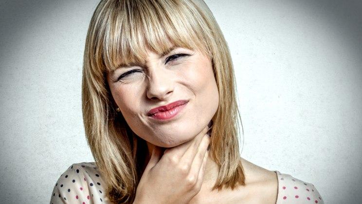 Frau mit Halsschmerzen: Halsschmerzen sind oft die Vorboten einer Erkältung