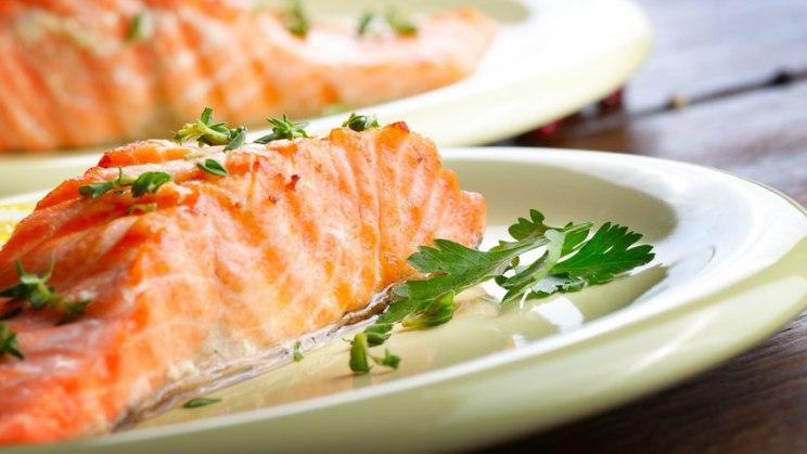 Gebratener Lachs: Ernährung bei Rheuma - besser Fisch statt Fleisch!