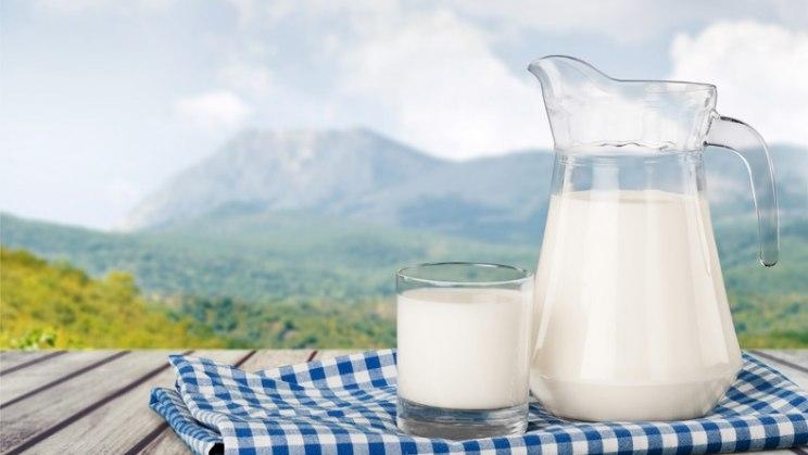 Krug mit Milch: Eine kalziumreiche Ernährung schützt vor Osteoporose