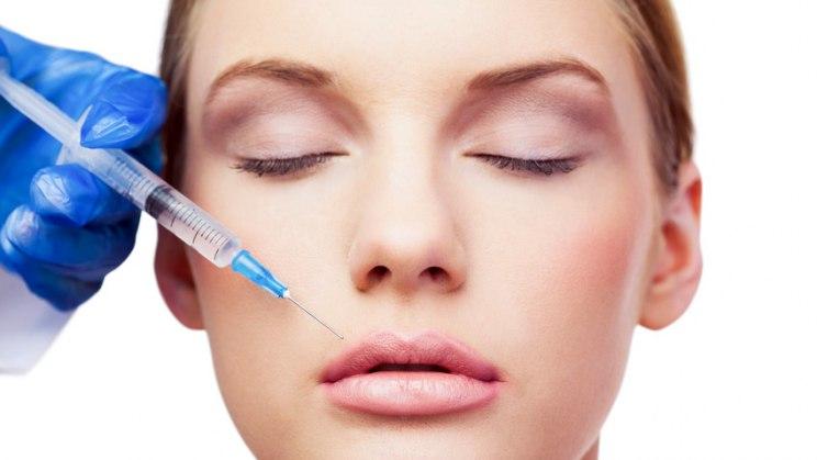 Frau bekommt Botox-Spritze: Die Hitliste der beliebtesten Schönheitsoperationen