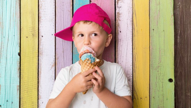 Junge mit Eis: Gemüse-Wrap statt Eis - ein gesunder Snack in der Schule ist gut fürs Lernen