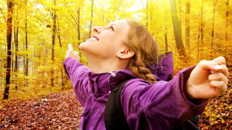 Frau in Herbstsonne: Vitamin D sorgt für gesunde Knochen