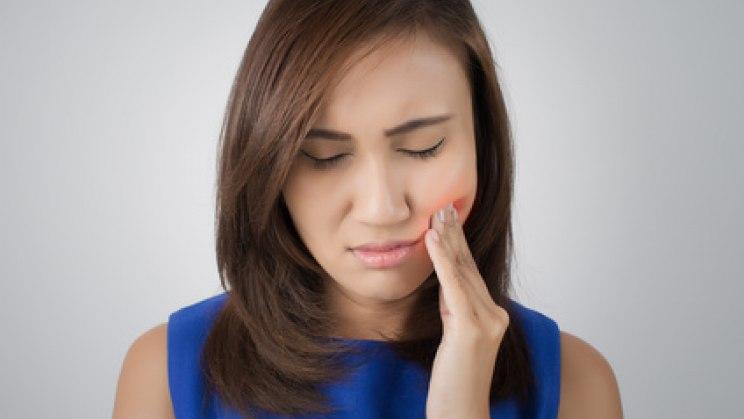 Frau mit Zahnschmerzen: Zahnschmerzen sind äußerst unangenehm