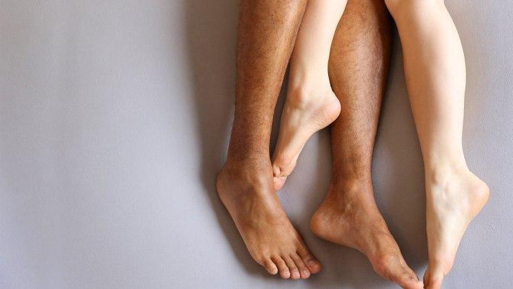 Tabu-Thema Erektionsstörung: Beine eines Pärchens im Bett