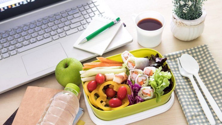 Mit den richtigen Tipps kann jeder die Büro-Diät durchhalten.